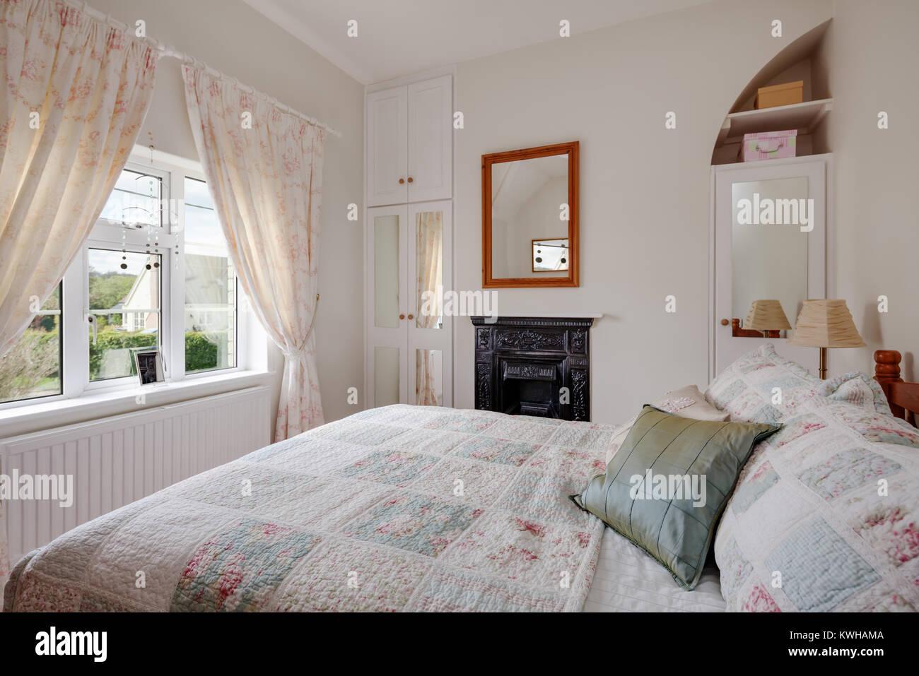 Piccolo cottage camera da letto con mobili antichi di ghisa camino