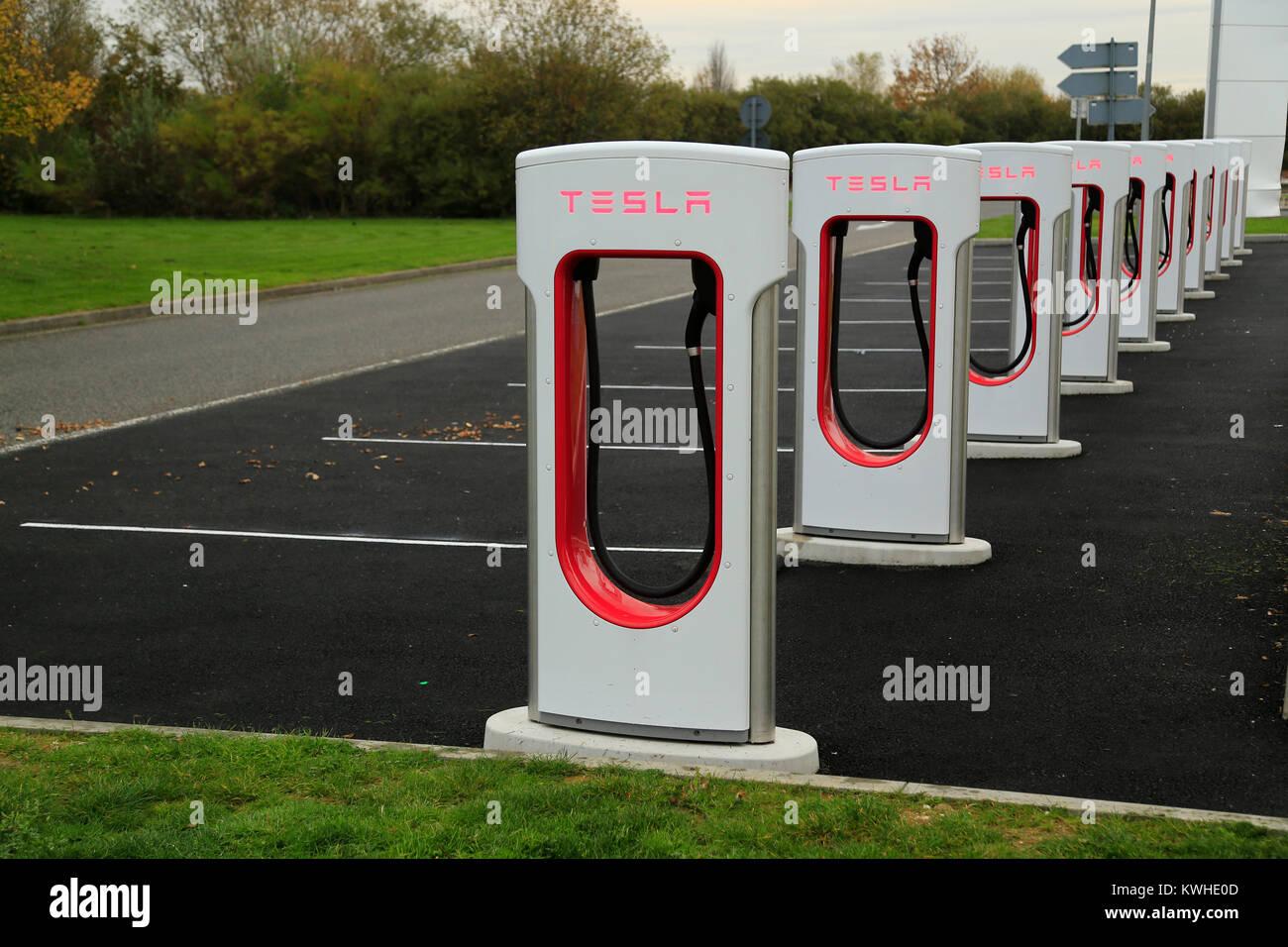 Tesla auto elettrica vani ricarica vuoti tutti alla stazione di servizio autostradale in Francia. Immagini Stock