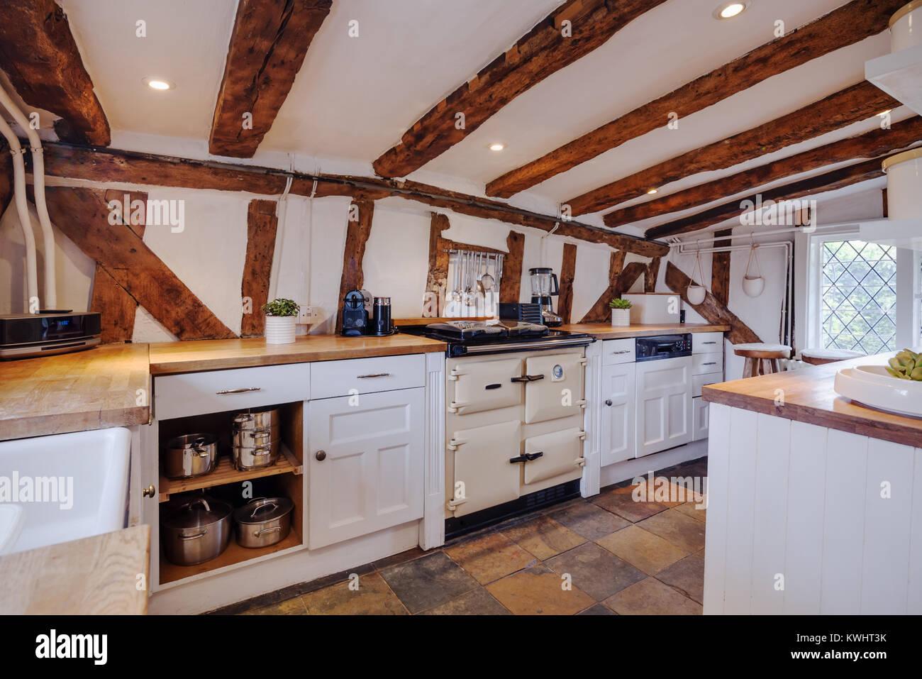 Fortemente cucina travi all\'interno di un secolo XVI inglese cottage ...
