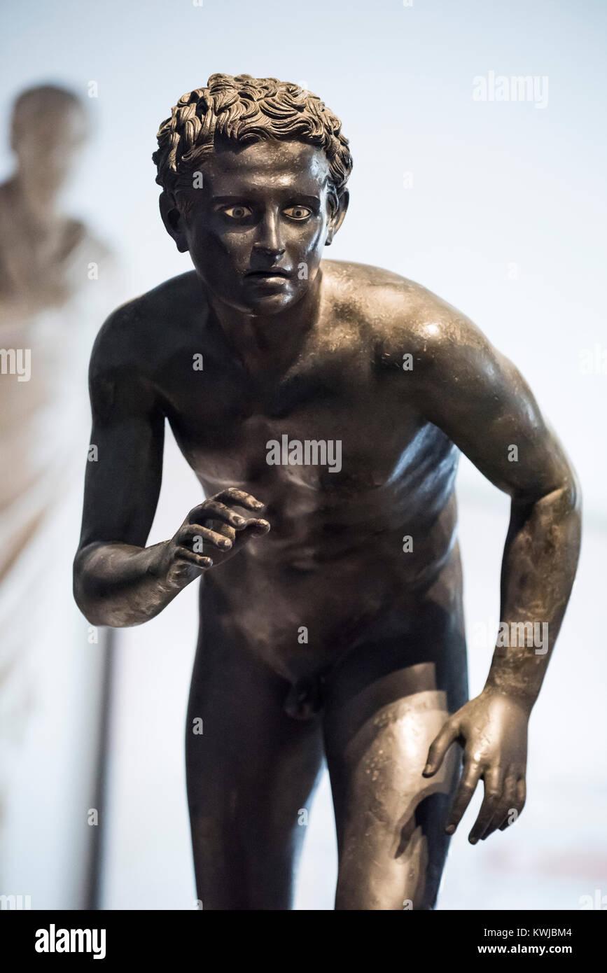 Napoli. L'Italia. Statua di bronzo di un atleta (probabilmente un runner) dalla Villa dei Papiri di Ercolano. Immagini Stock