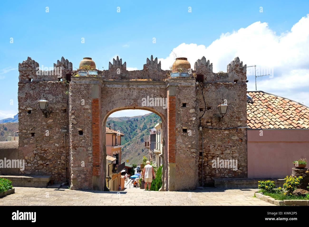 Cancelli a chiesa ss. trinita nel villaggio di montagna di forza d'agro in Sicilia, Italia. Immagini Stock