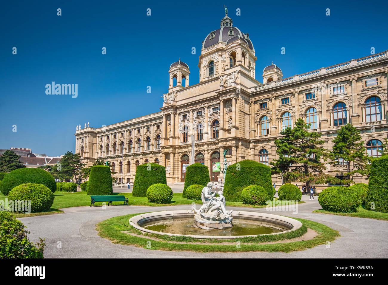 Bellissima vista del famoso Naturhistorisches Museum (Museo di Storia Naturale) con il parco e la scultura a Vienna, Immagini Stock