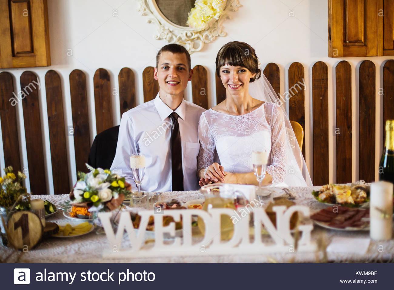 Lo sposo e la sposa in un abito bianco nel ristorante. Fotografia di Matrimonio. Famiglia felice Immagini Stock