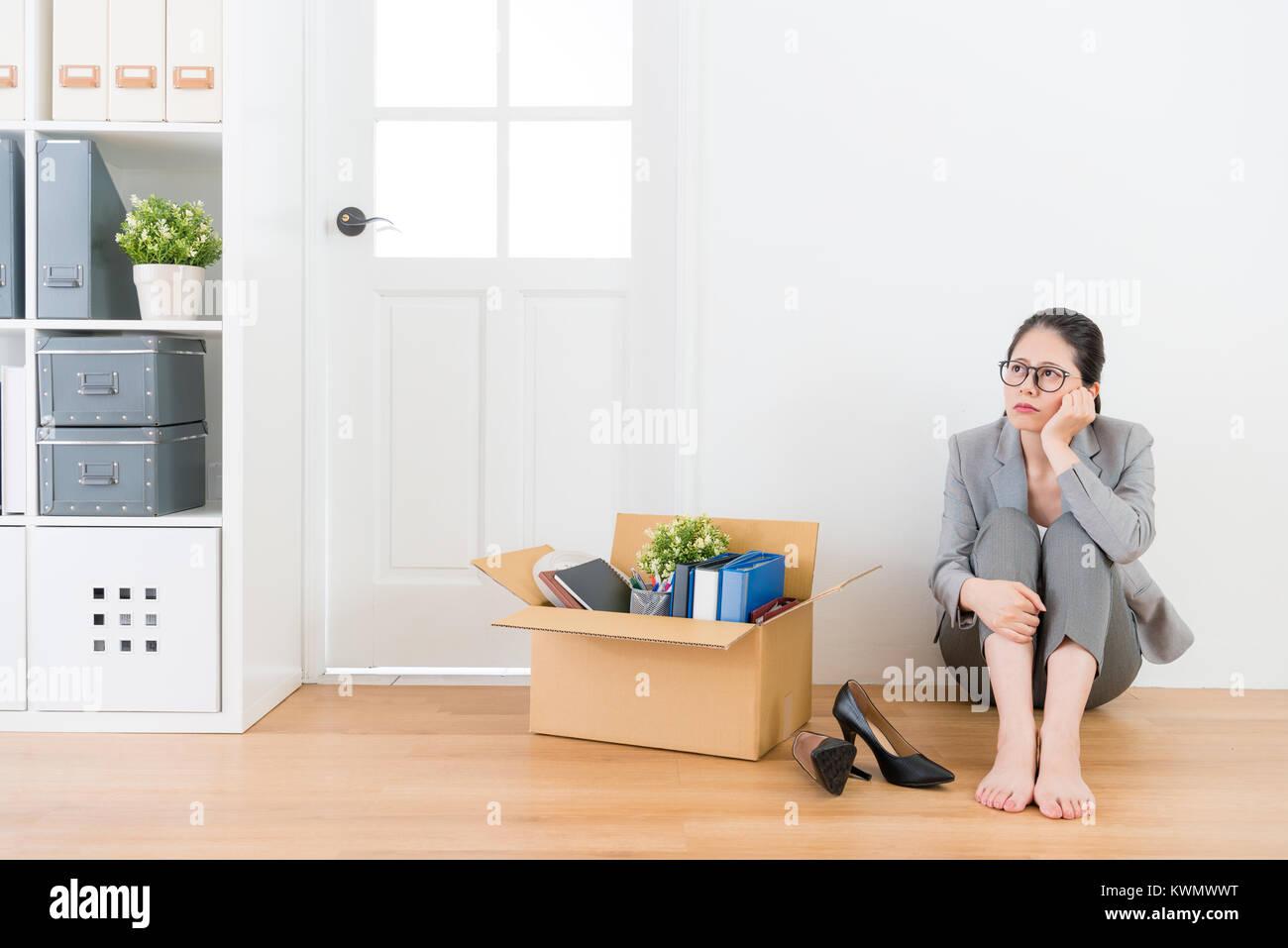 Box Ufficio Legno : La disoccupazione triste lavoratore di ufficio donna seduta sul