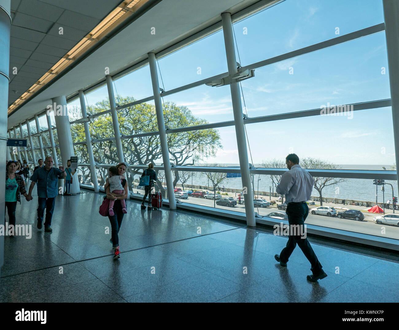 Vista interna di finestre di grandi dimensioni presso l'Aeroporto Aeroparque Jorge Newbery; Buenos Aires, Argentina Immagini Stock