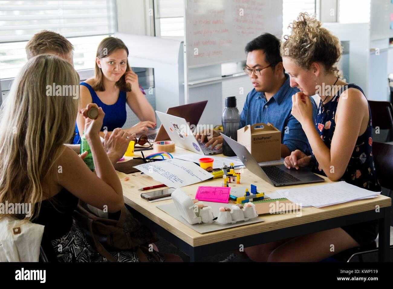 Millennial il brainstorming in un ufficio moderno Immagini Stock