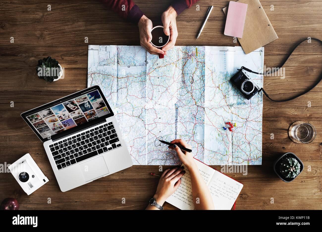 Viaggiatori millenario pianificare una nuova avventura Immagini Stock
