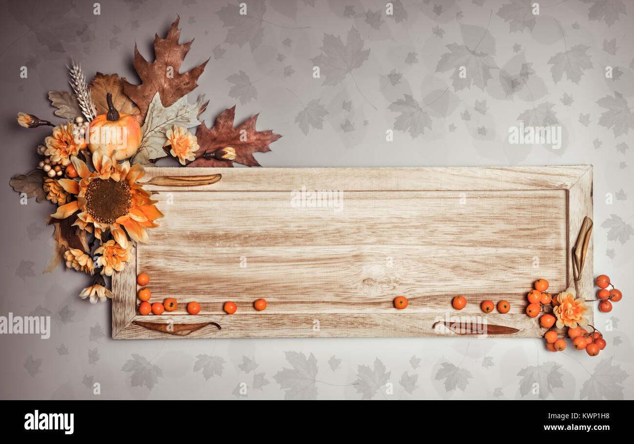Tavola Di Legno Con Autunno Decorazioni Su Sfondo Naturale Tonica Immagine Spazio Di Copia Foto Stock Alamy