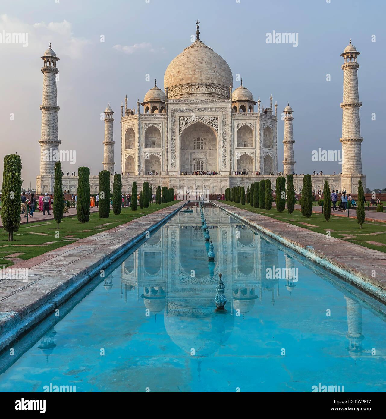 Taj Mahal e la sua riflessione nel tardo pomeriggio di luce, Agra, Uttar Pradesh, India Immagini Stock