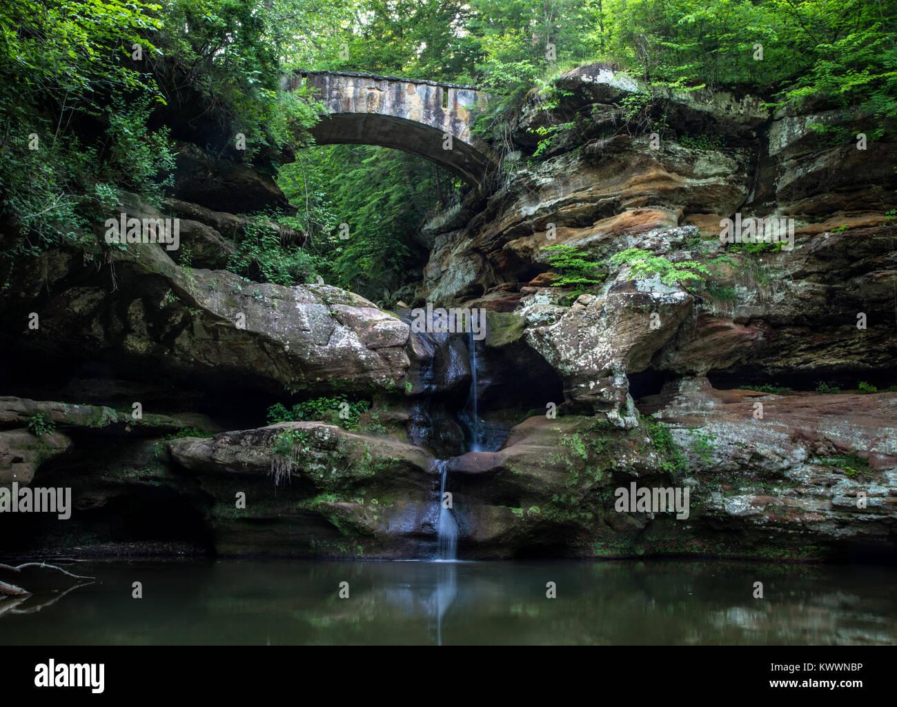 Ponte sul paesaggio cascata. Bellissimo paesaggio panoramico della cascata presso il vecchio uomo di grotta in Hocking Immagini Stock