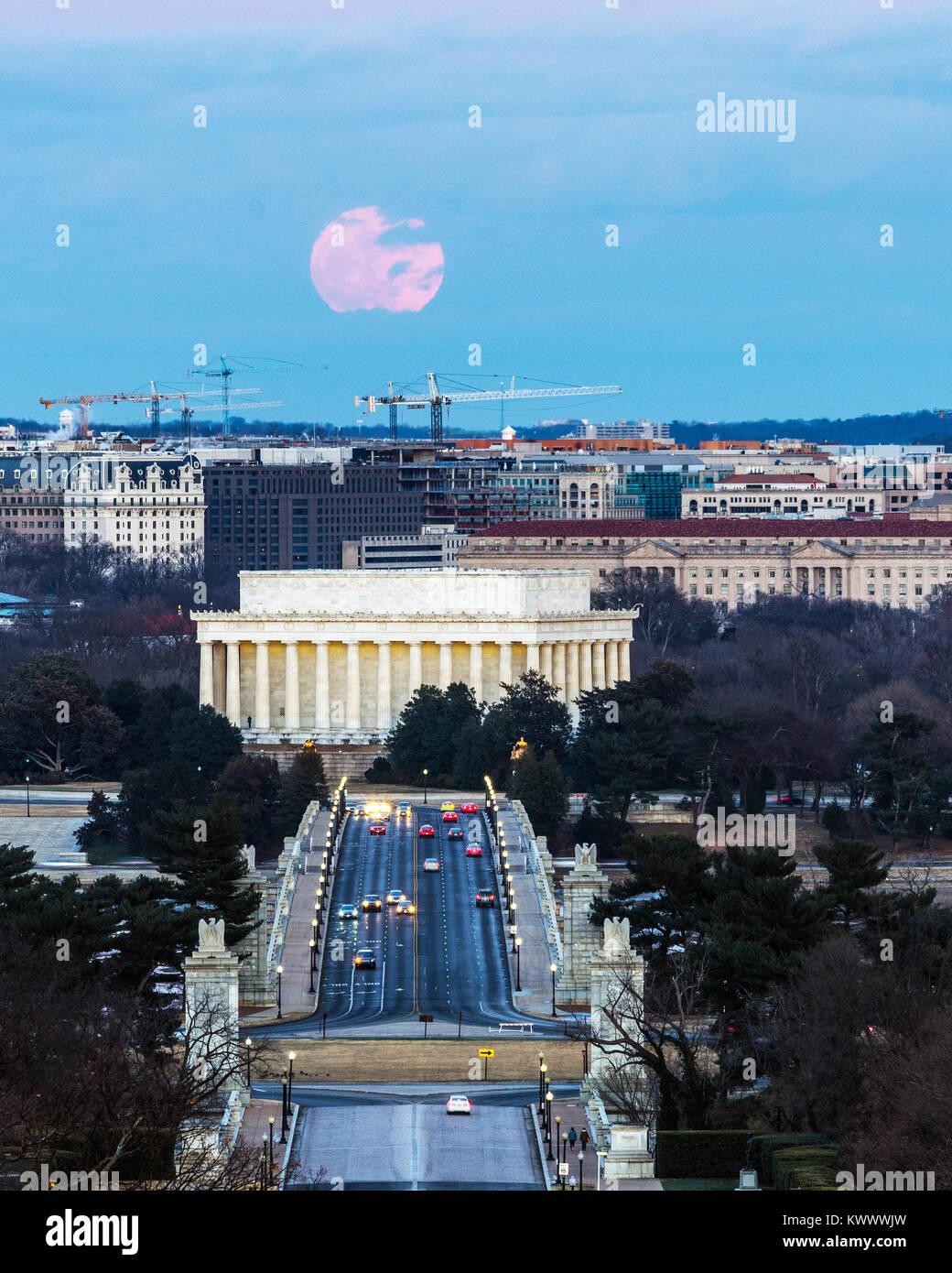 Washington DC/STATI UNITI D'America - 1 gennaio 2018 - Full Wolf Luna sorge oltre il Lincoln Memorial il primo giorno del nuovo anno. Foto Stock