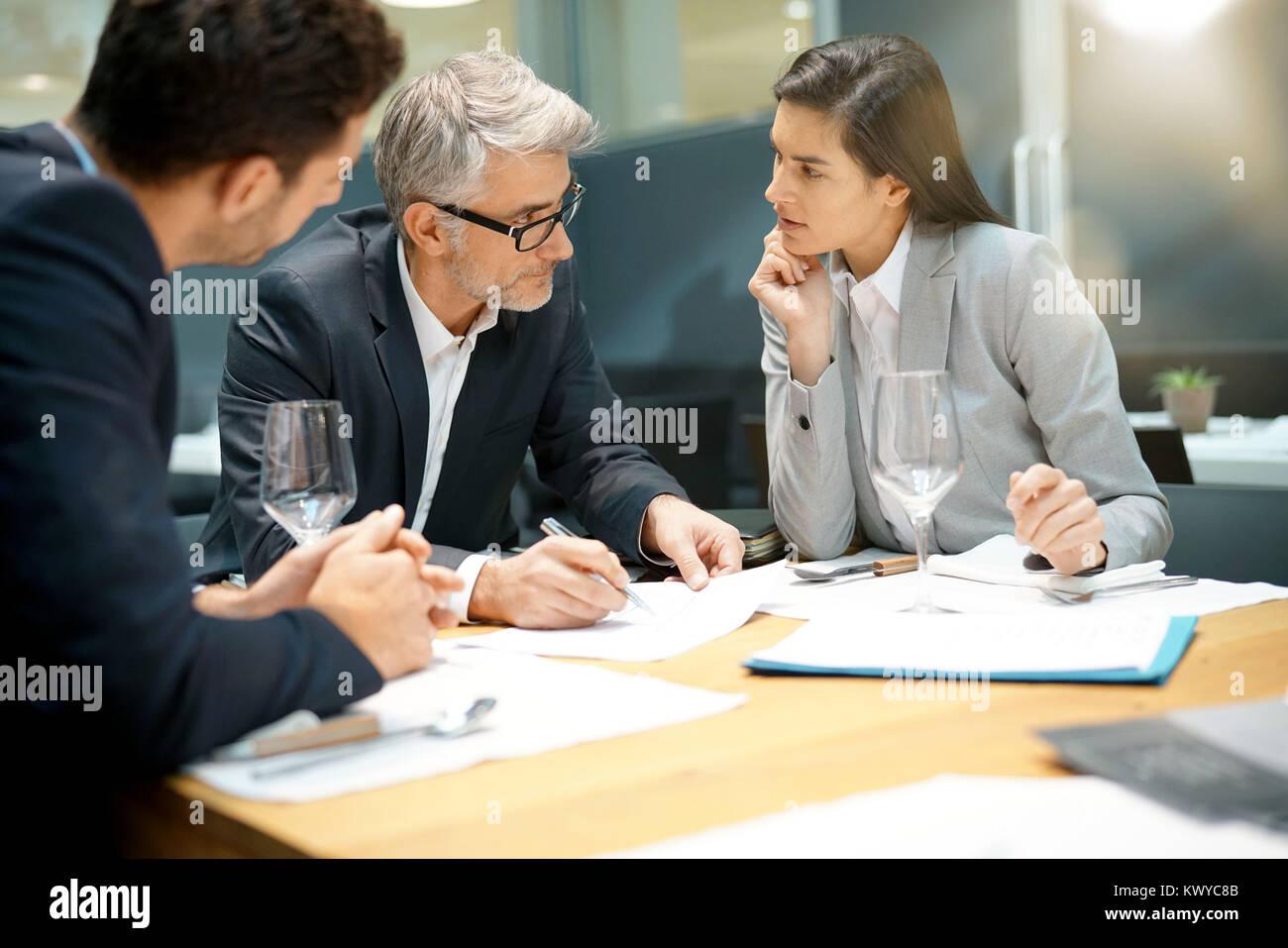 Executive di persone facendo business report presentazione in ristorante Immagini Stock