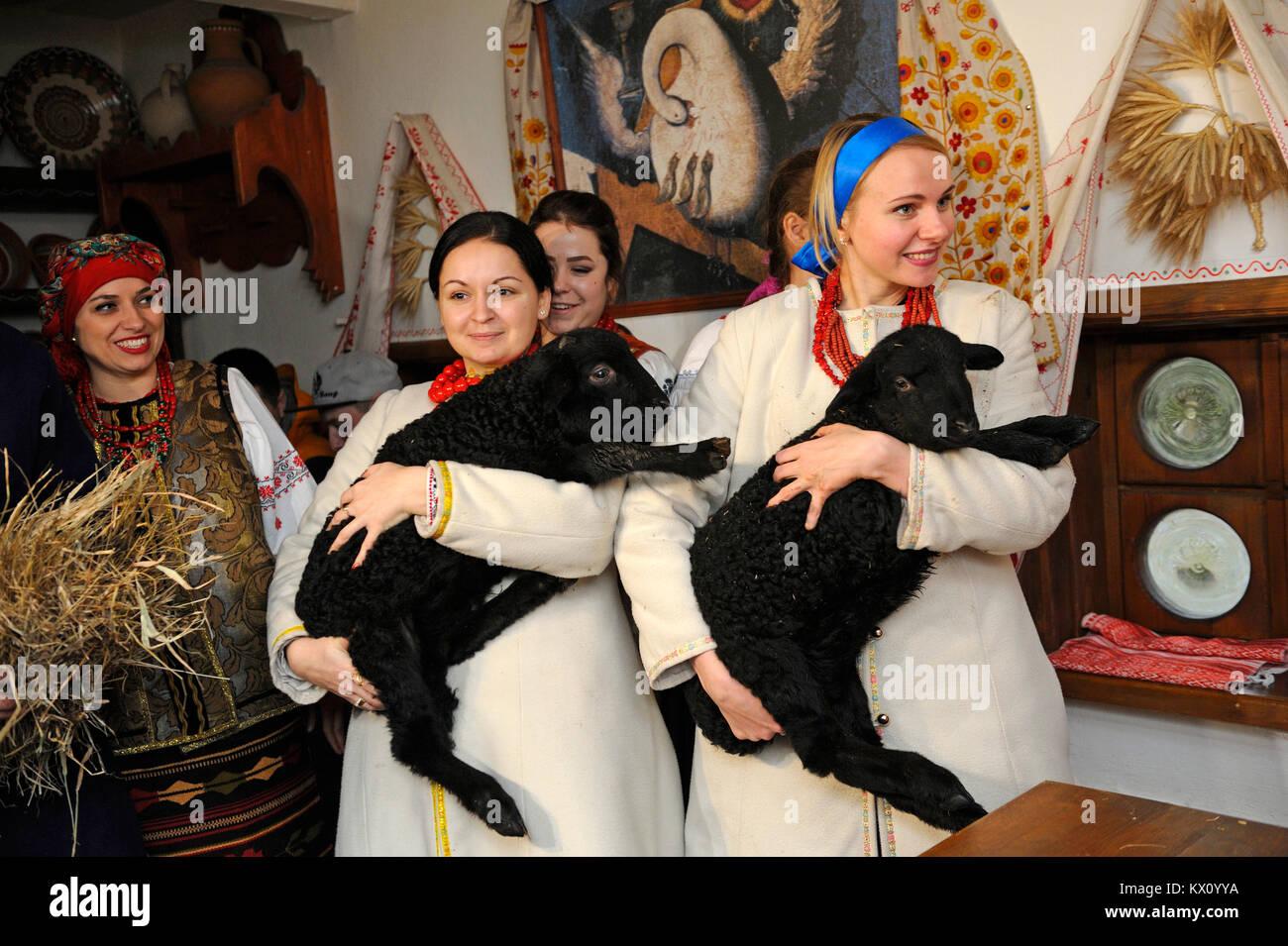 Le donne in costumi indigeni con pecora celebrare la vigilia di Natale. La ricostruzione di ucraini tradizioni popolari Immagini Stock