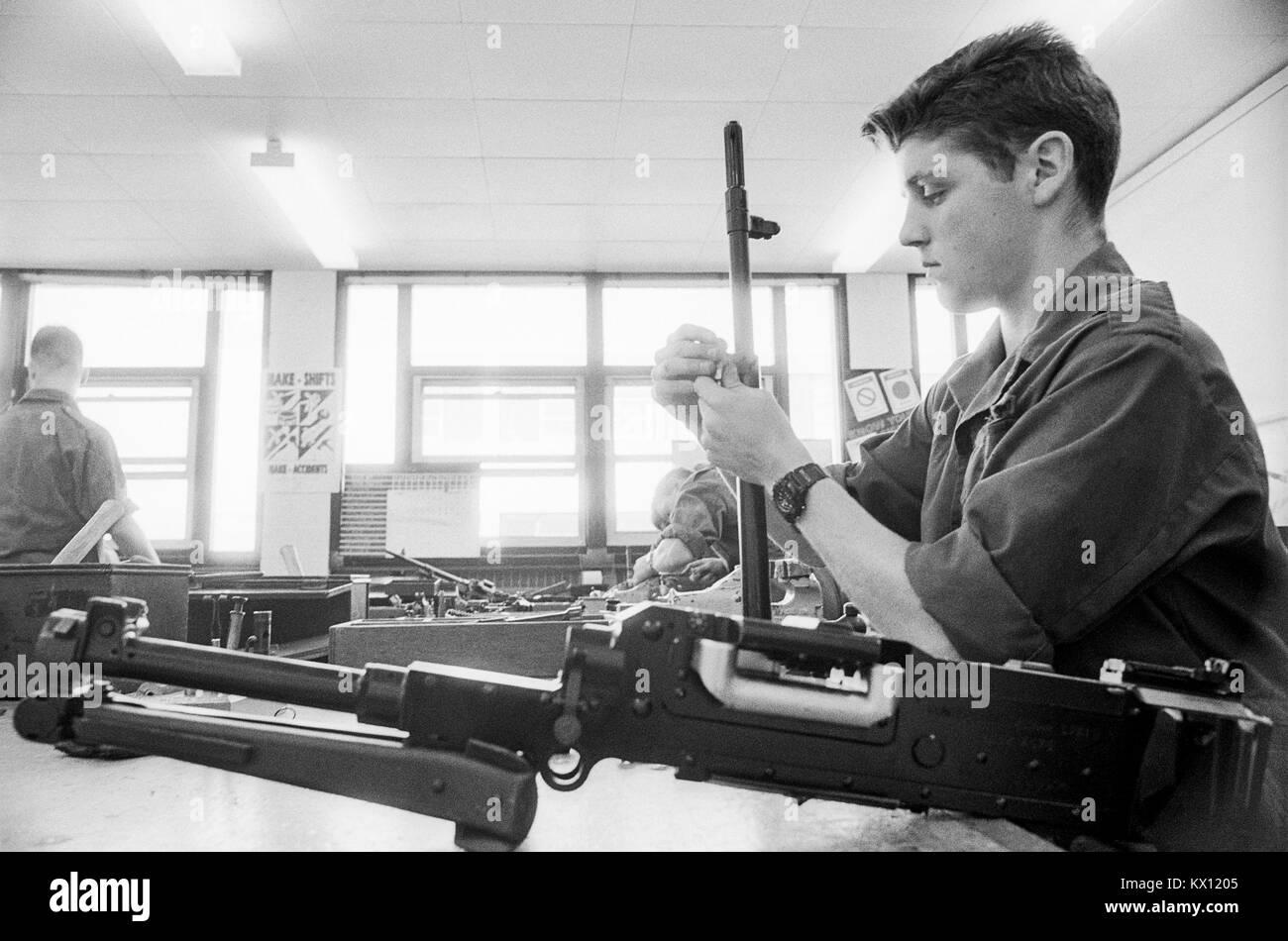 Esercito britannico squaddies sottoposti a formazione di base in un workshop in Armeria per armi e mantenimento Foto Stock