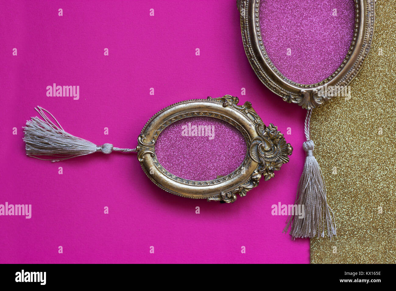 Due Vintage Ovale Golden Cornici In Rosa E Sfondo Dorato Con Copia