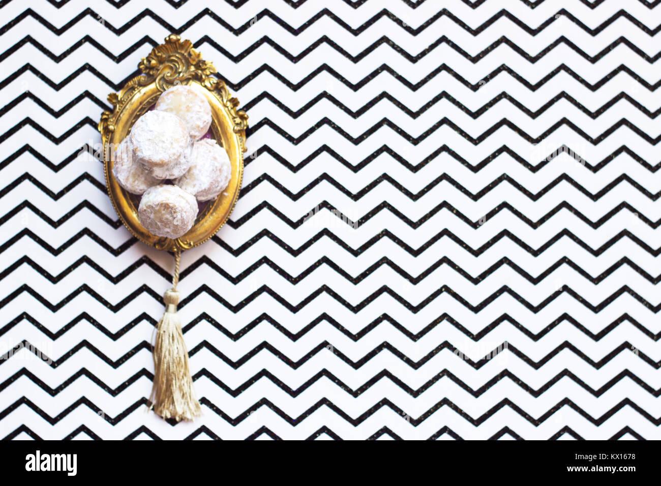 In casa la vaniglia e marmellata cookie, su vintage picture frame o sentiero, su sfondo chevron con spazio di copia Immagini Stock