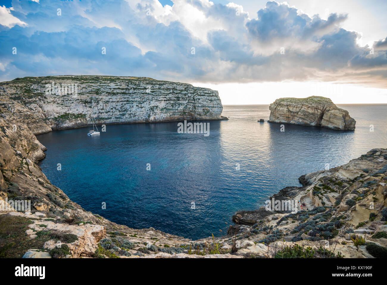 Vista panoramica della Baia di Dwejra con la roccia del fungo, Gozo, Malta Immagini Stock