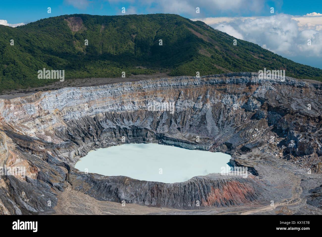 Caldera con il cratere del lago, Vulcano Poas, nel Parco Nazionale del Vulcano Poas, Costa Rica Immagini Stock