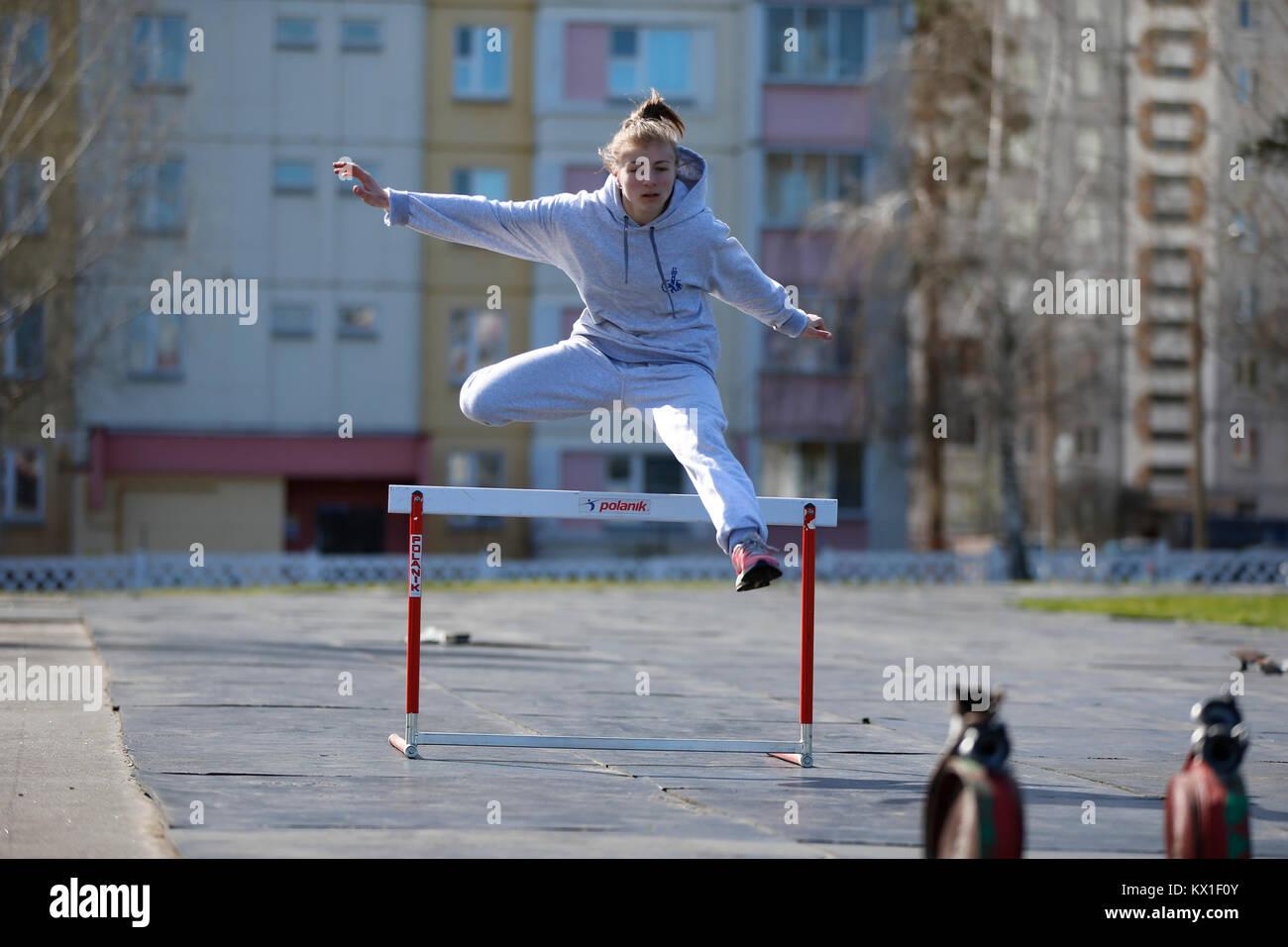 La Bielorussia, Gomel, 21 aprile 2017. Lezione aperta sulla lotta antincendio. L'atleta salta sopra la barriera.educazione Immagini Stock
