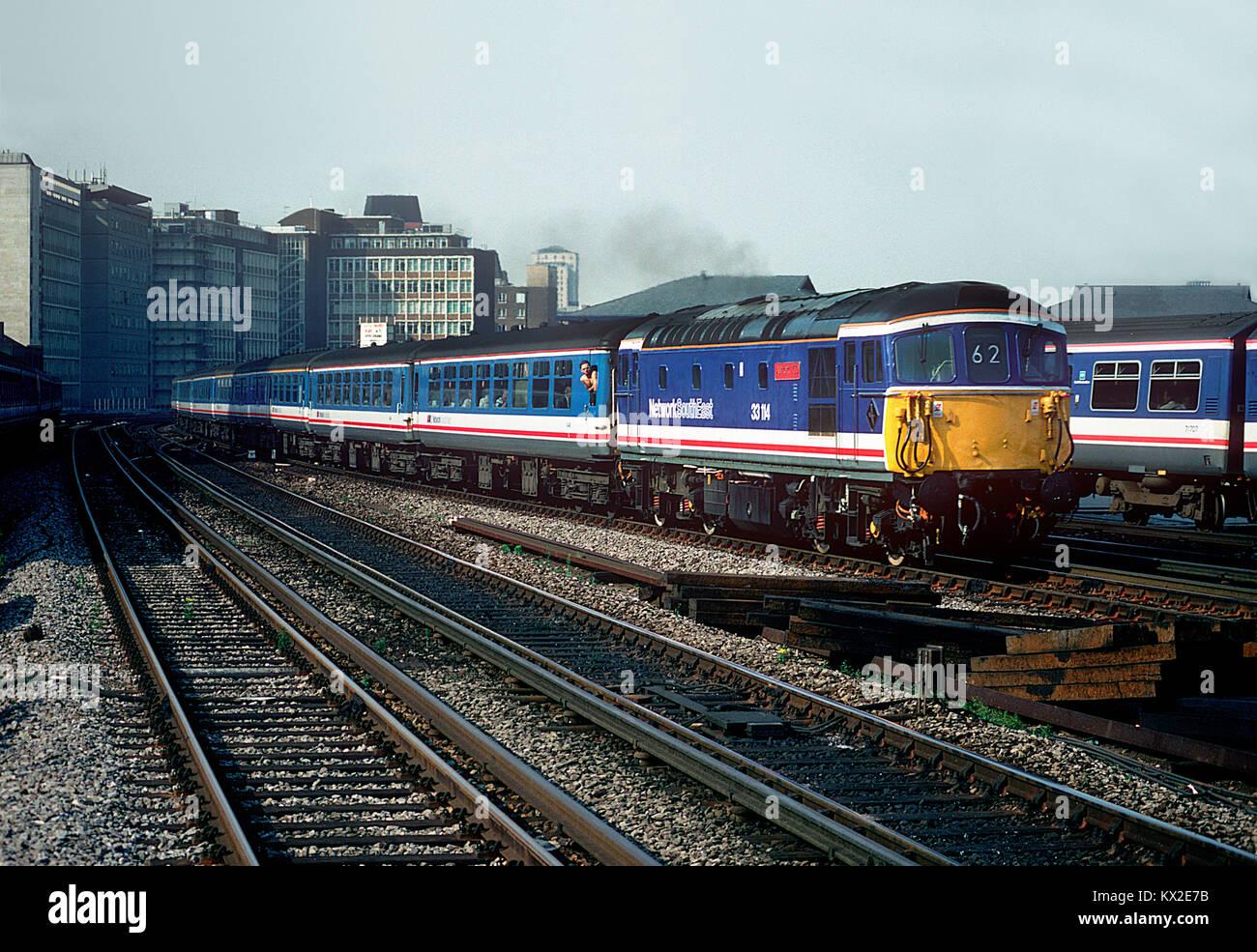 Nel maggio 1992 33114 è stato ridipinto in rete i colori del sud-est e denominato 'Ashford 150'. La celebrità Crompton è visto lavorare un 'Network Express di servizio alla Vauxhall. Il 29 luglio 1992. Foto Stock