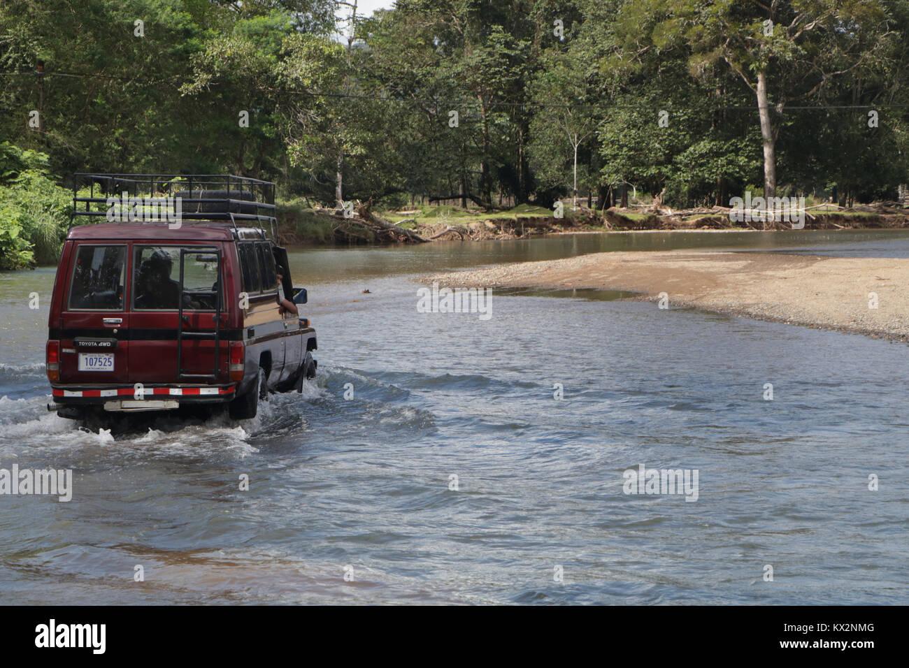 Auto Varcando il fiume vicino a Drake Bay Costa Rica Osa Peninsula Foto Stock