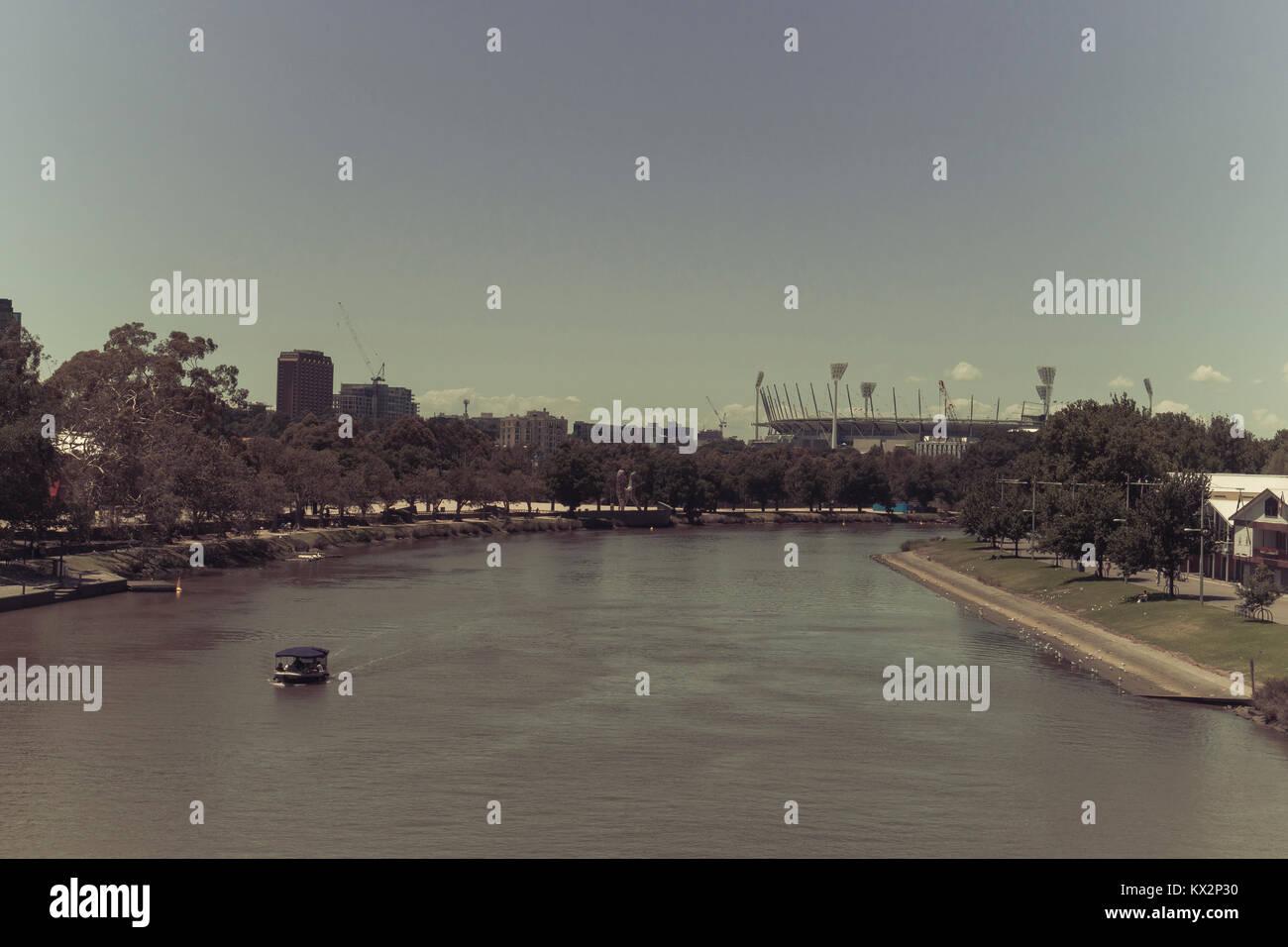 Split tonica immagine del fiume Yarra con il Melbourne Cricket Ground (MCG) nella distanza, Melbourne, Victoria, Immagini Stock