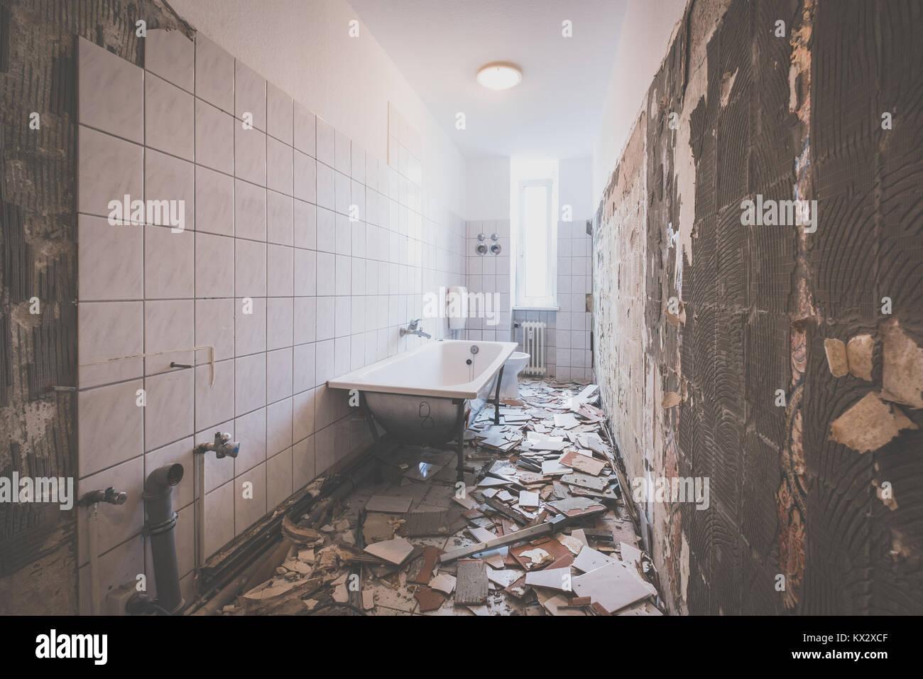 Ristrutturazione bagni rimozione di piastrelle nel vecchio