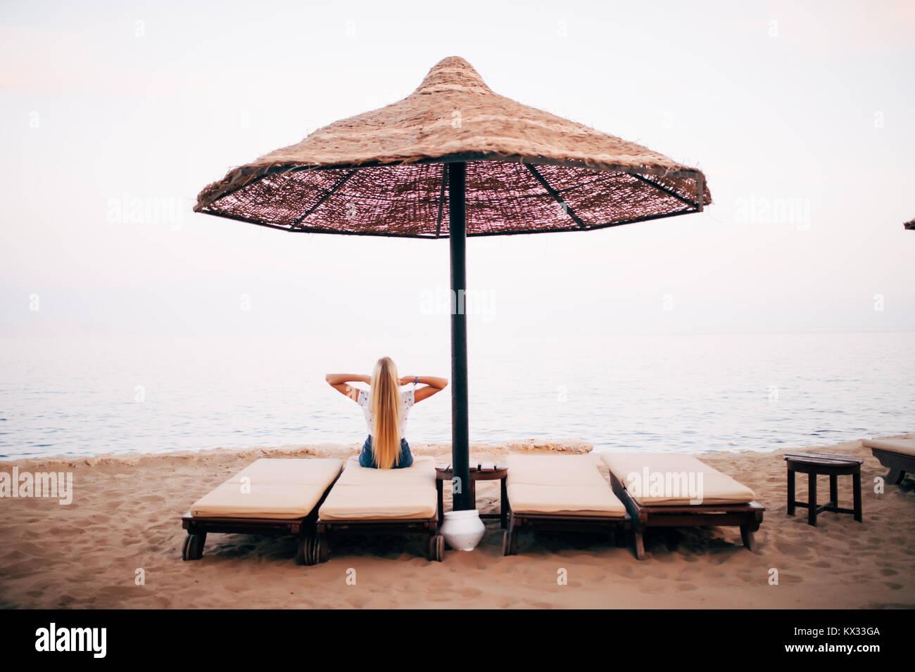 Donna Sulla Spiaggia Sud Una Chaise In Sotto Longue Di Riposo Un A wTOkZuiXlP