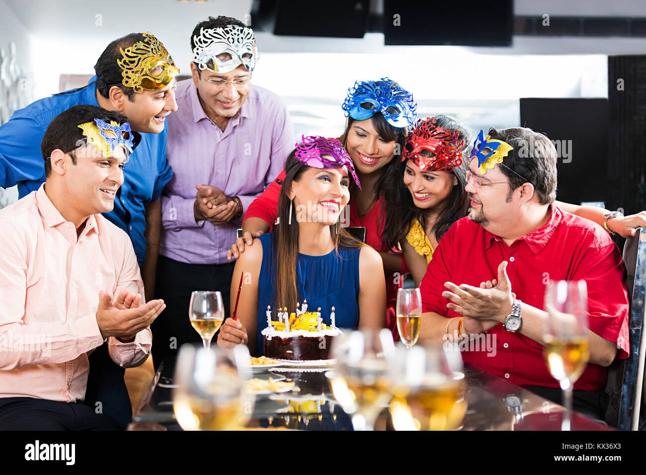 Festa Compleanno 40 Anni Uomo gruppo amici festeggiare il compleanno, donna taglio torta