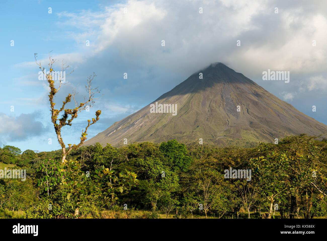 Vulcano Arenal in nuvole, al Parco Nazionale del Vulcano Arenal, provincia di Alajuela, Costa Rica Immagini Stock