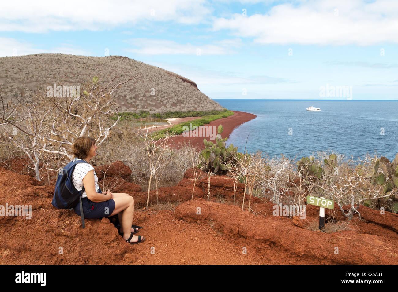 Isola Galapagos paesaggio - un turista godendo della vista isola Rabida, Isole Galapagos Ecuador America del Sud Foto Stock