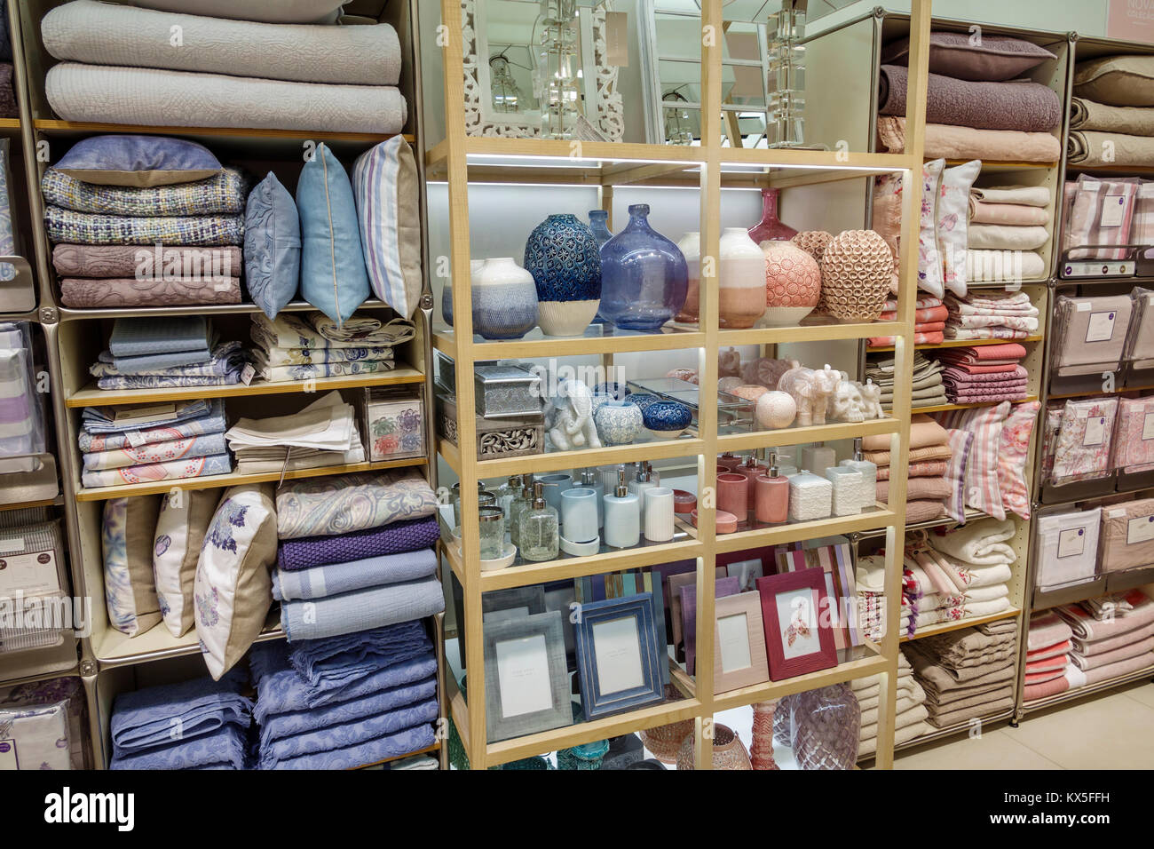 Cuscini Zara.Porto Portogallo Rotunda Da Boavista Di Zara Home Department Store