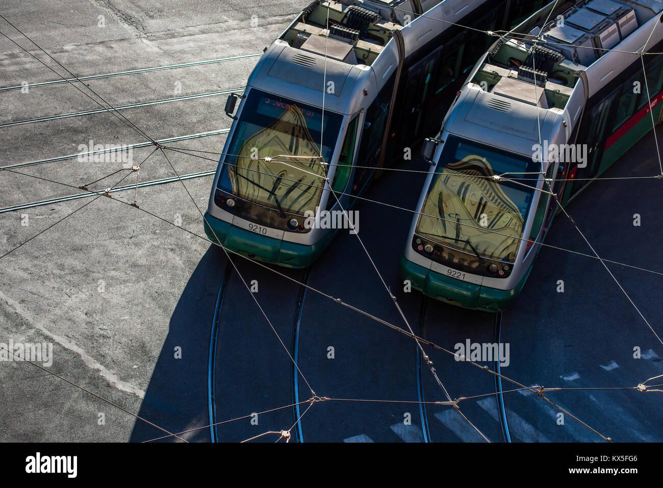 Gli edifici si riflette nei parabrezza di 2 Roma città tram durante la mattina ora di punta Immagini Stock