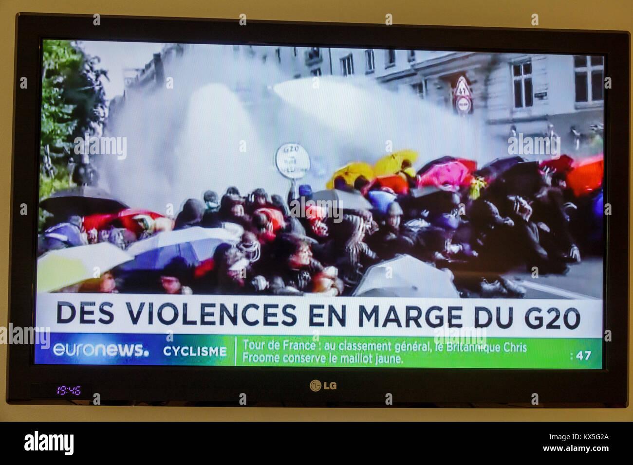 Porto Portogallo schermo televisivo tv monitor a pannello piatto programma di euronews headline vertice G20 Amburgo Immagini Stock