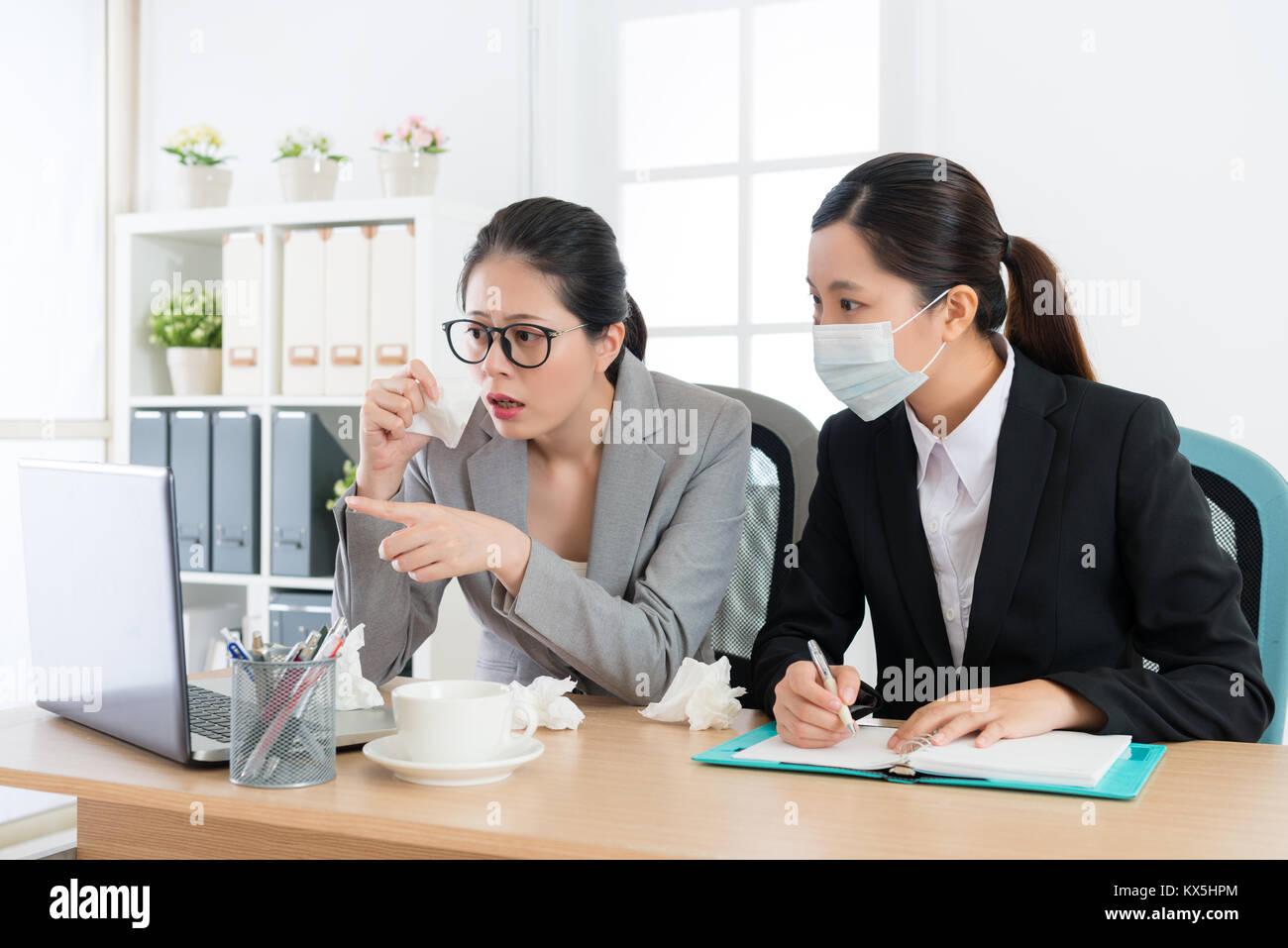 Ufficio Elegante Jobs : Giovane ed elegante manager dell impresa donna con naso allergy