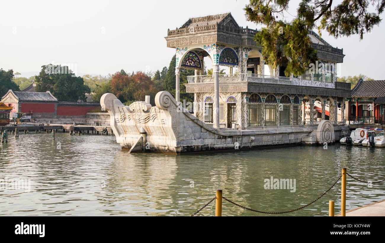 La barca di marmo sul Lago Kunming - Summer Palace, Pechino, Cina RPC. È anche noto come barca della purezza Immagini Stock