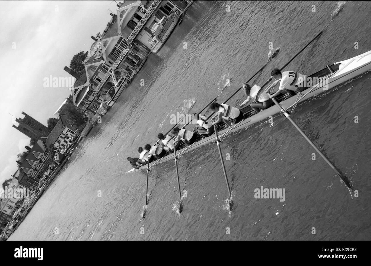 Luglio 1990, Henley on Thames, Oxfordshire, Inghilterra. Henley Royal Regatta di scena sul Fiume Tamigi. Una donna Immagini Stock