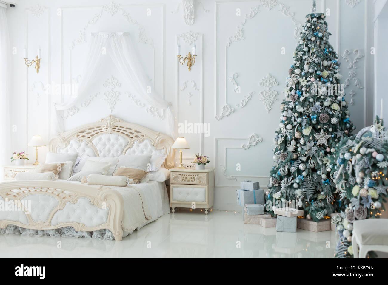 Anno nuovo albero in una bellissima camera da letto luminose Foto ...