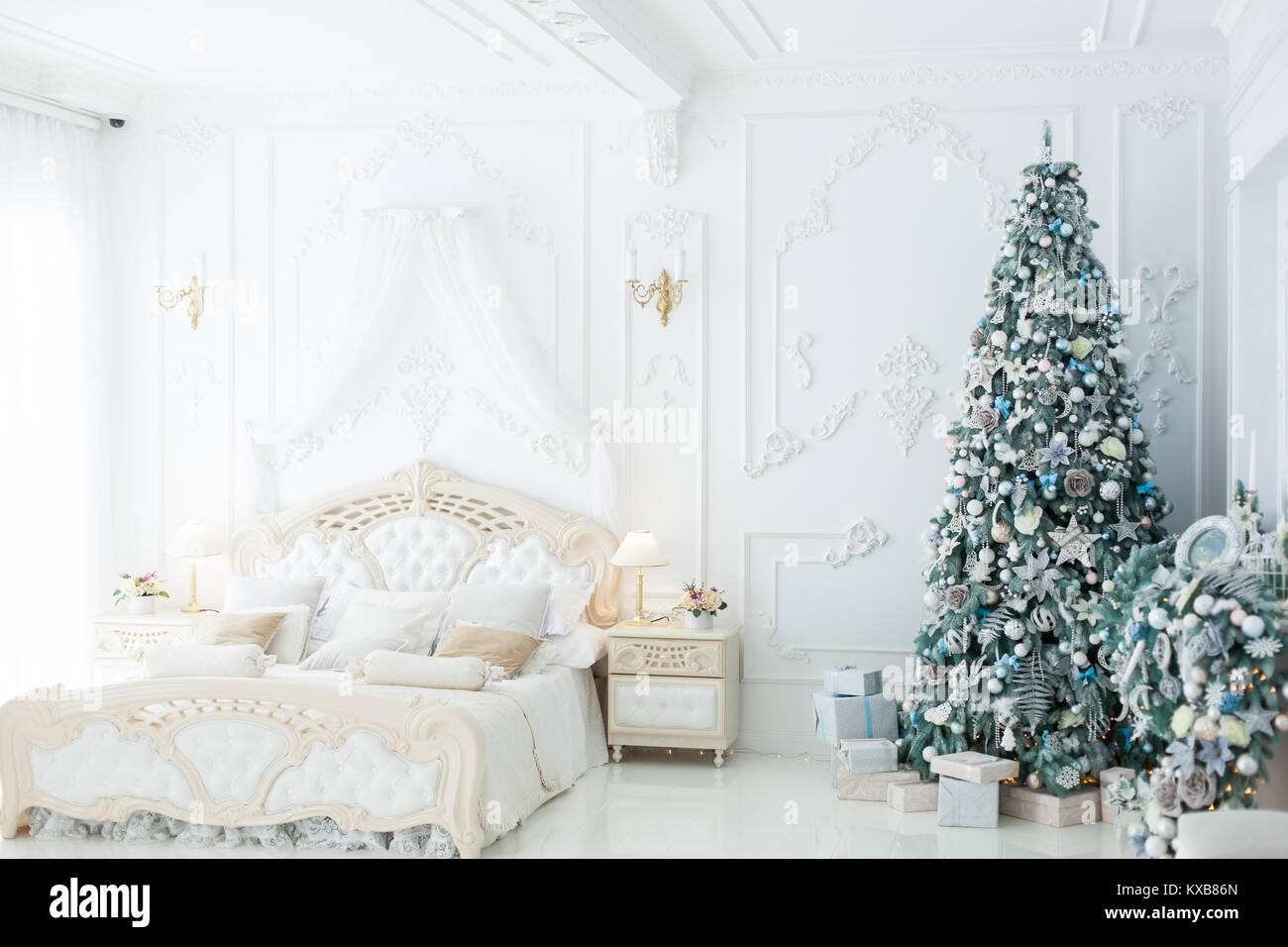 Le decorazioni di Natale in una bellissima camera da letto ...