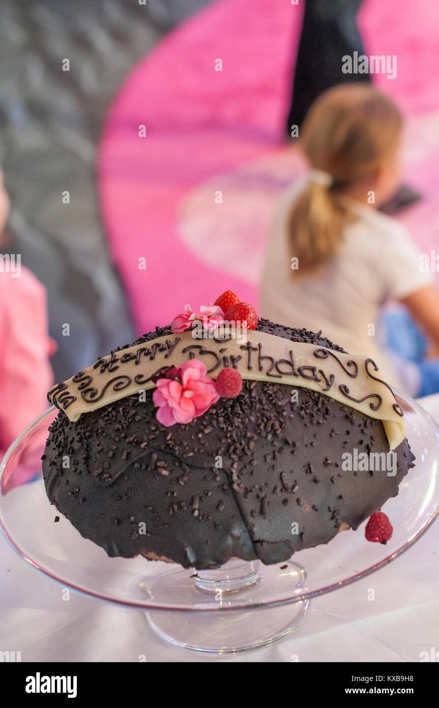Buon Compleanno Torta Al Cioccolato Sulla Lastra Di Vetro Con Fiori