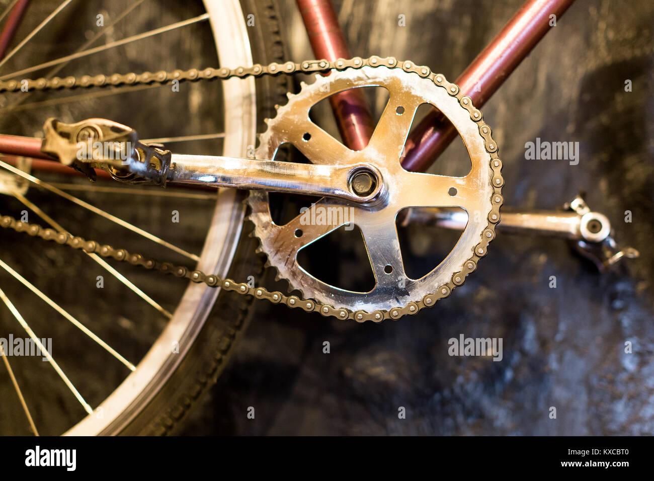 Tempo libero, hobby, sport concept. close up di pulire i pedali della bicicletta realizzata nella vecchia moda vintage Immagini Stock