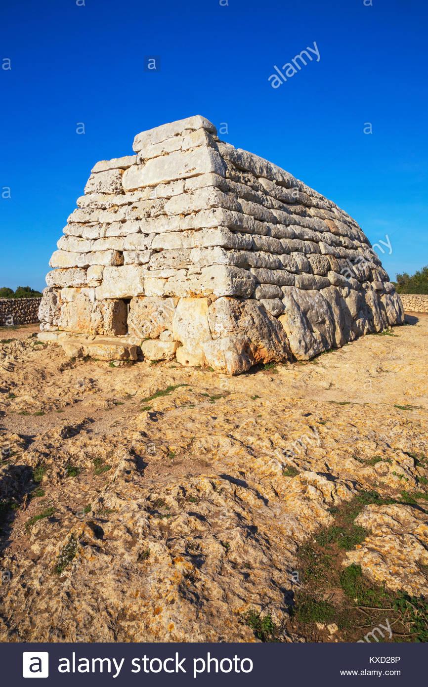 Naveta o tomba megalitica presso il sito di Es Tudons, Menorca, isole Baleari, Spagna, Europa Immagini Stock