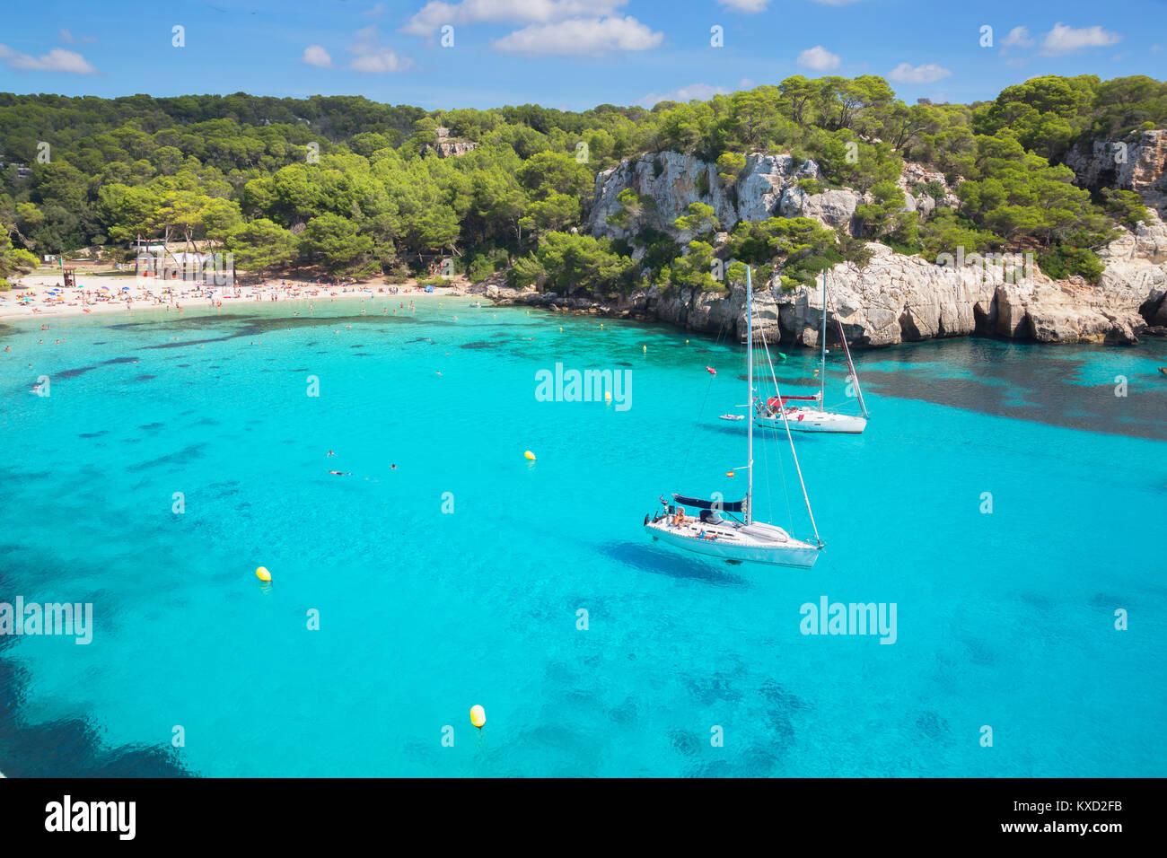 Vista di Cala Macarella e barche a vela, Menorca, isole Baleari, Spagna, Europa Immagini Stock