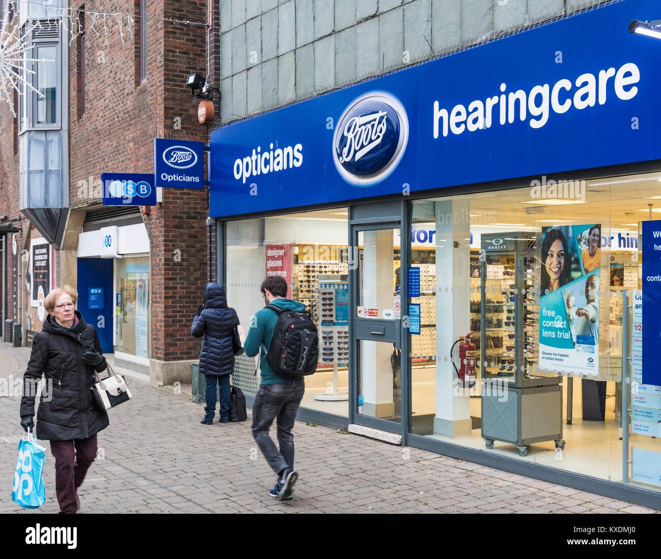 Boots Opticians shop ingresso anteriore a Horsham West Sussex, in Inghilterra, Regno Unito. Stivali di retail store. Immagini Stock