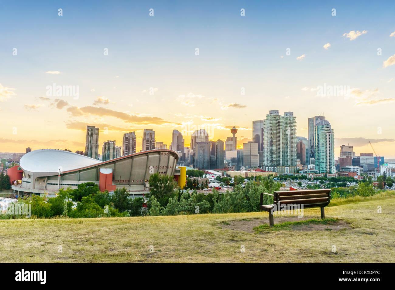 Il centro della città di Calgary al tramonto durante il periodo estivo, Alberta, Canada Immagini Stock