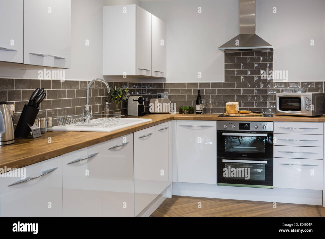 Bianca E Moderna Cucina In Legno Con Piani Di Lavoro Foto Immagine