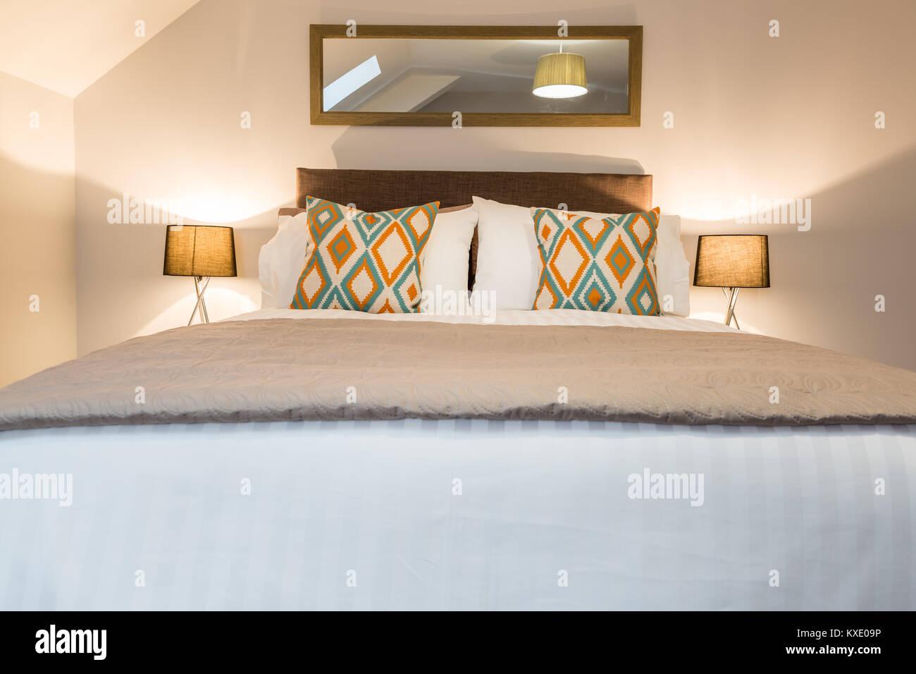 La camera da letto principale con un grande e comodo letto
