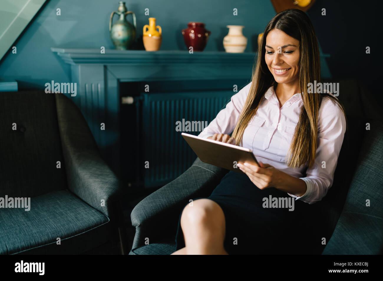 Ritratto di Imprenditrice di successo azienda tavoletta digitale Immagini Stock