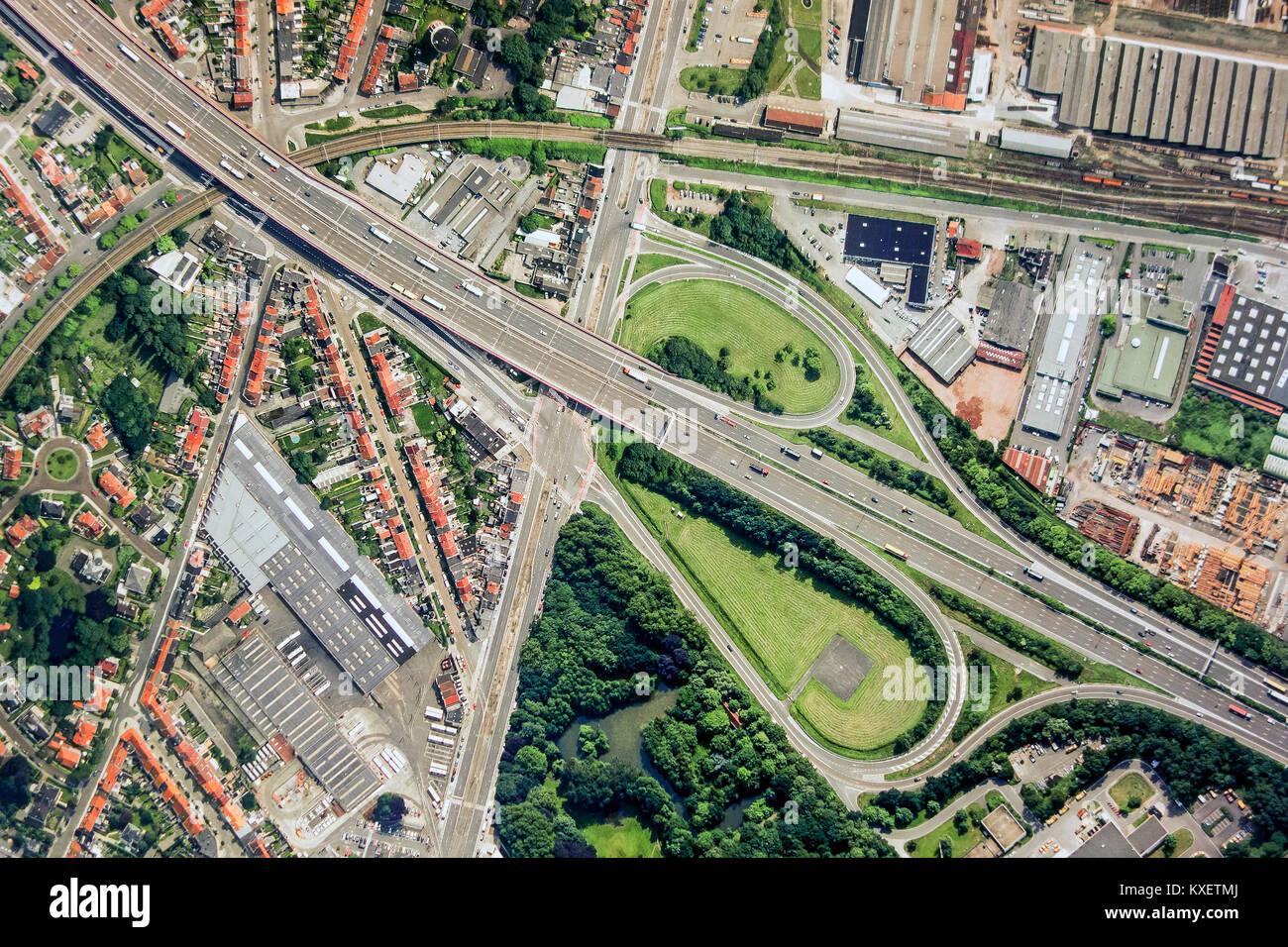 Vista aerea su nastro e costruzione autostrada interchange / interscambio autostradale con slittamento le strade Immagini Stock