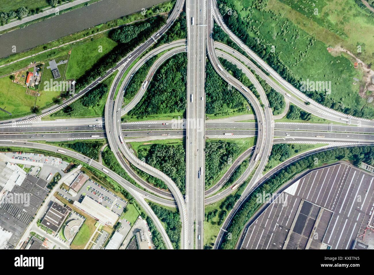 Vista aerea su autostrada rotatoria interchange / interscambio autostradale con slittamento le strade che portano Immagini Stock
